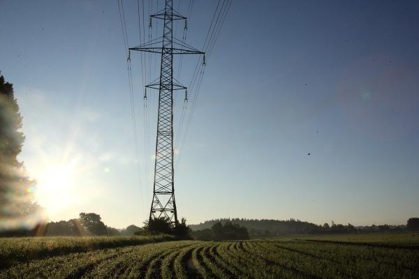 Sähkön siirtoverkkoa ja aurinko.