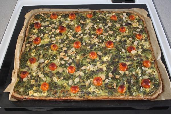 Feta-pinaatti-parsakaalipiirakka on hyvä esimerkki herkullisesti kasvisruuasta.